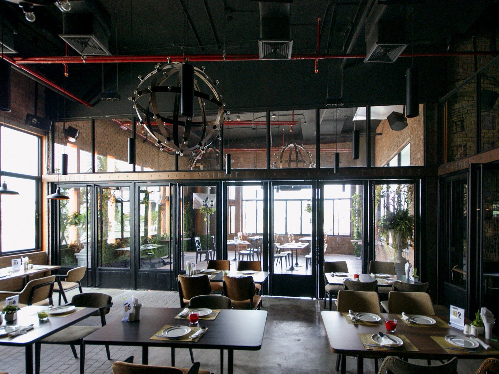 บริการให้คำปรึกษาด้านการออกแบบ งานตกแต่ง ตึกสูง อาคารสำนักงาน ร้านค้า โชว์รูม รวมถึงที่พักอาศัยทุกประเภททั้งบ้านเดี่ยว คอนโดมิเนียม และ อาคารพาณิชย์